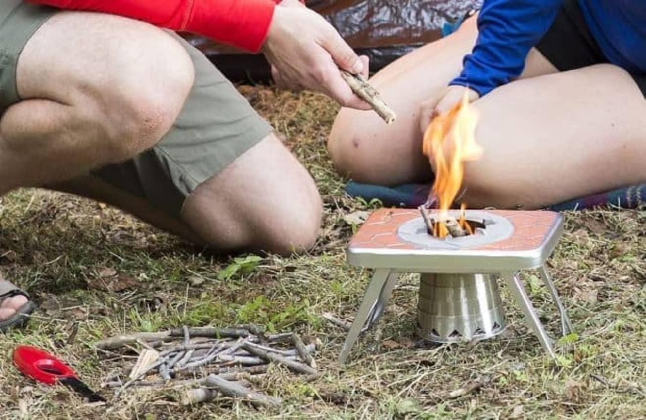 ペーパーバックサイズのキャンプ用ストーブ「WOOD BURNING STOVE」