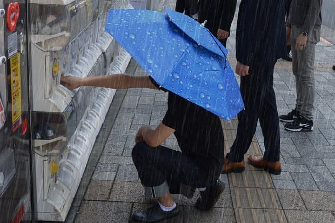 頭にかぶる傘「アタマンブレラ」