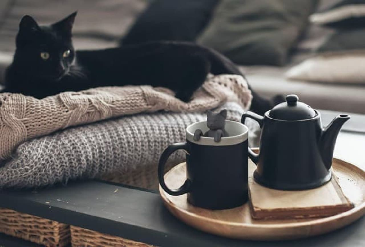 コップのフチに掴まる「PURR TEA TEA INFUSER(ゴロゴロ紅茶 ティーインフューザー)」