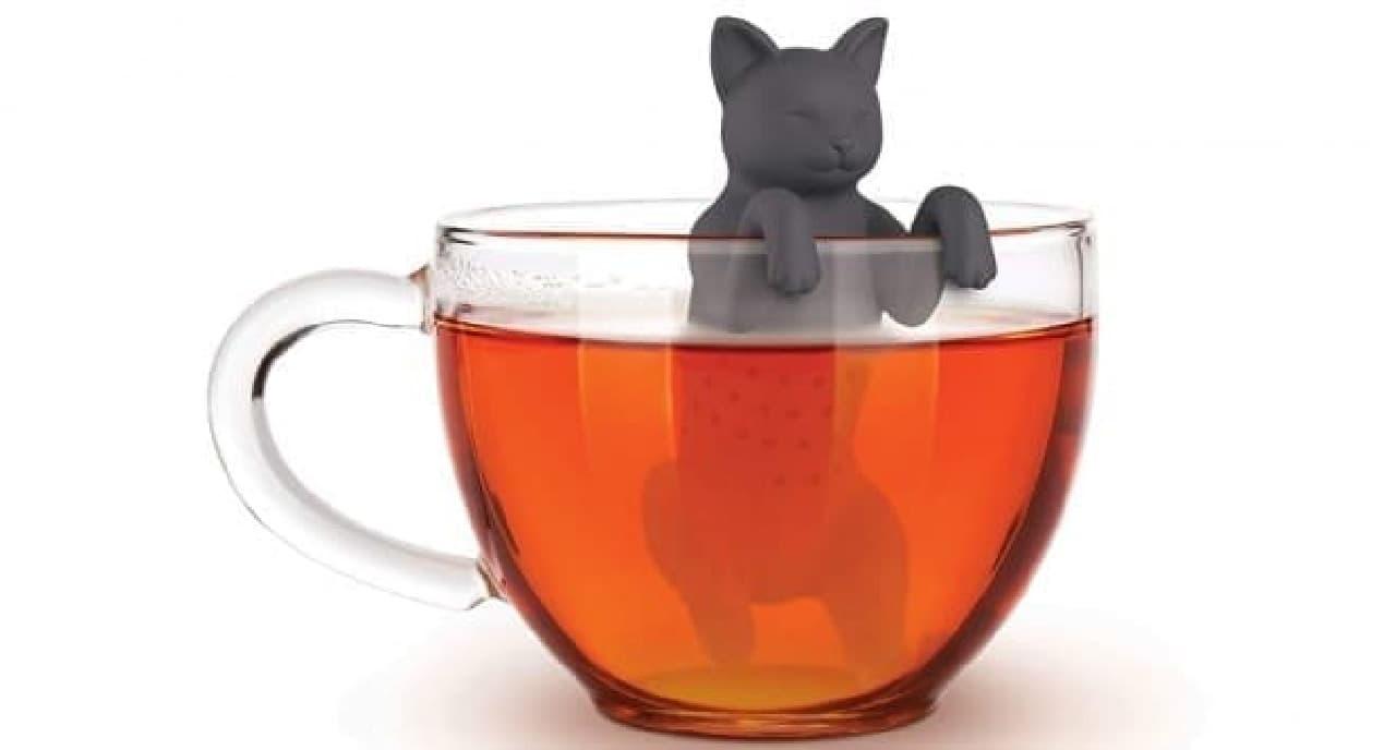 ネコがコップのフチに掴まる「PURR TEA TEA INFUSER(ゴロゴロ紅茶 ティーインフューザー)」