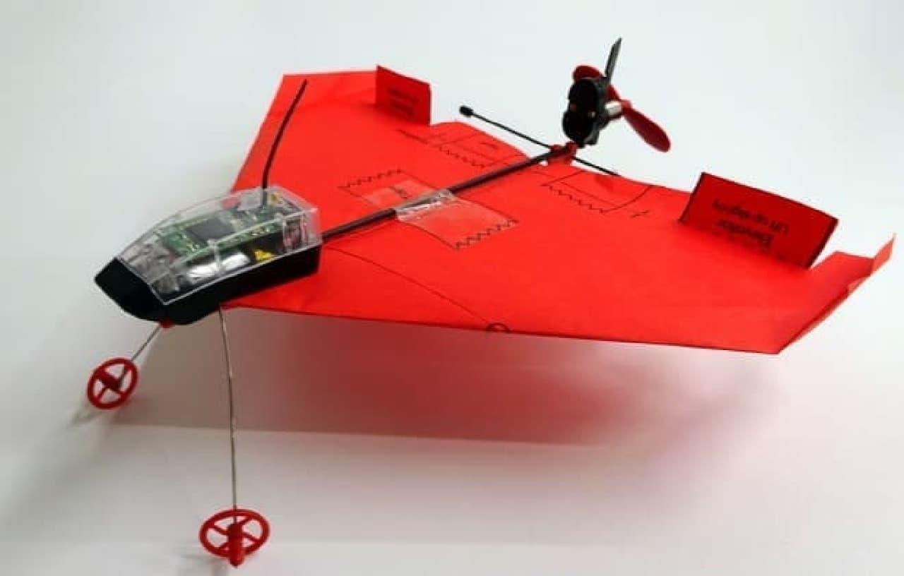 スマートフォンで操縦できる紙飛行機「POWERUP DART」