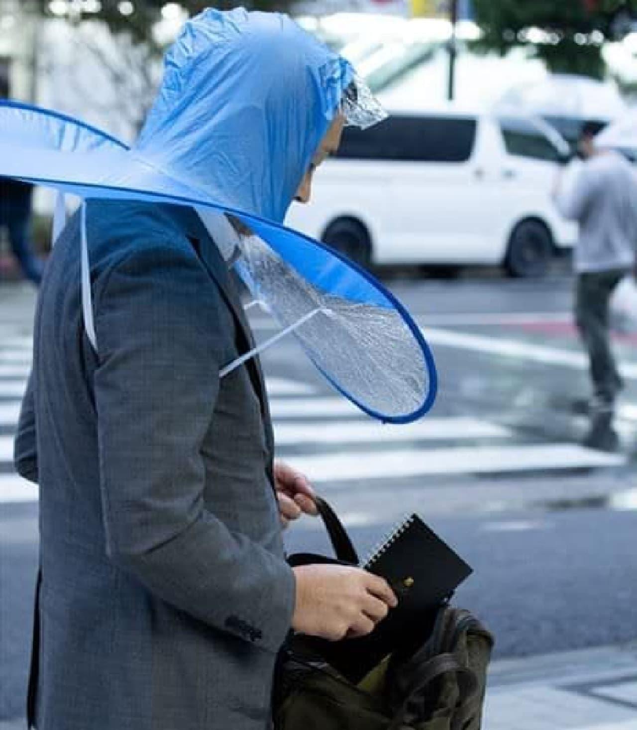 両手が使える「手ぶら傘」