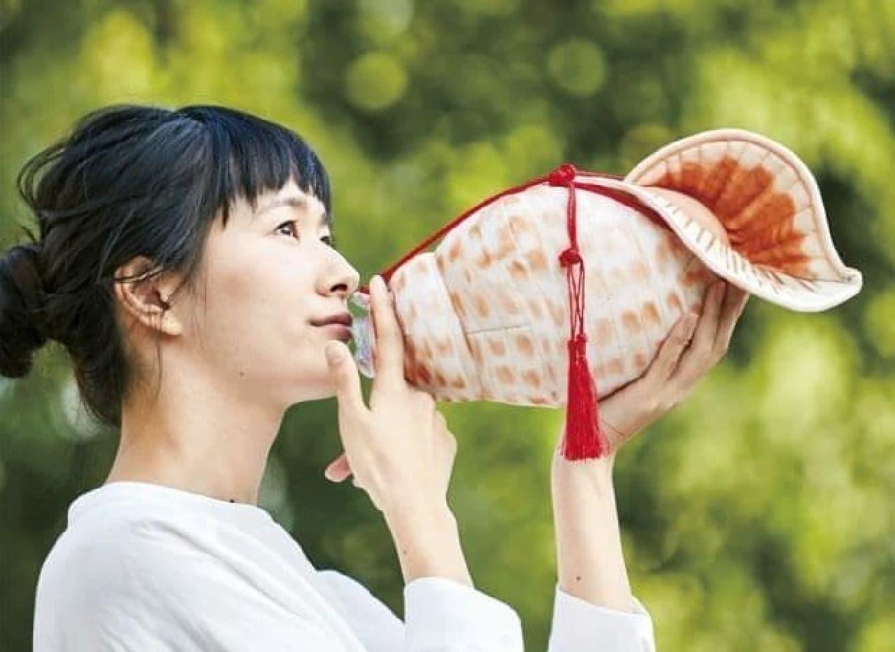 法螺貝を吹いているように見える「ほら貝ペットボトルケース」、フェリシモYOU+MORE!から