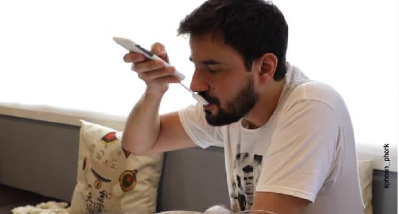スマホを見ながら、飯を食う ― iPhoneをスプーン/フォークにするスマホケース「sphoon_phork」