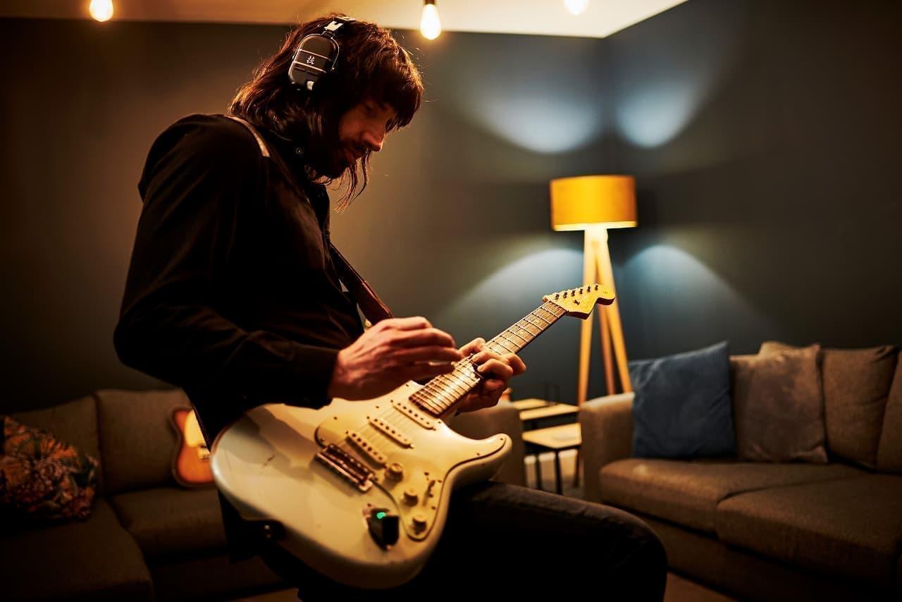 完全ワイヤレスのヘッドホン型ギターアンプ「WAZA-AIR」