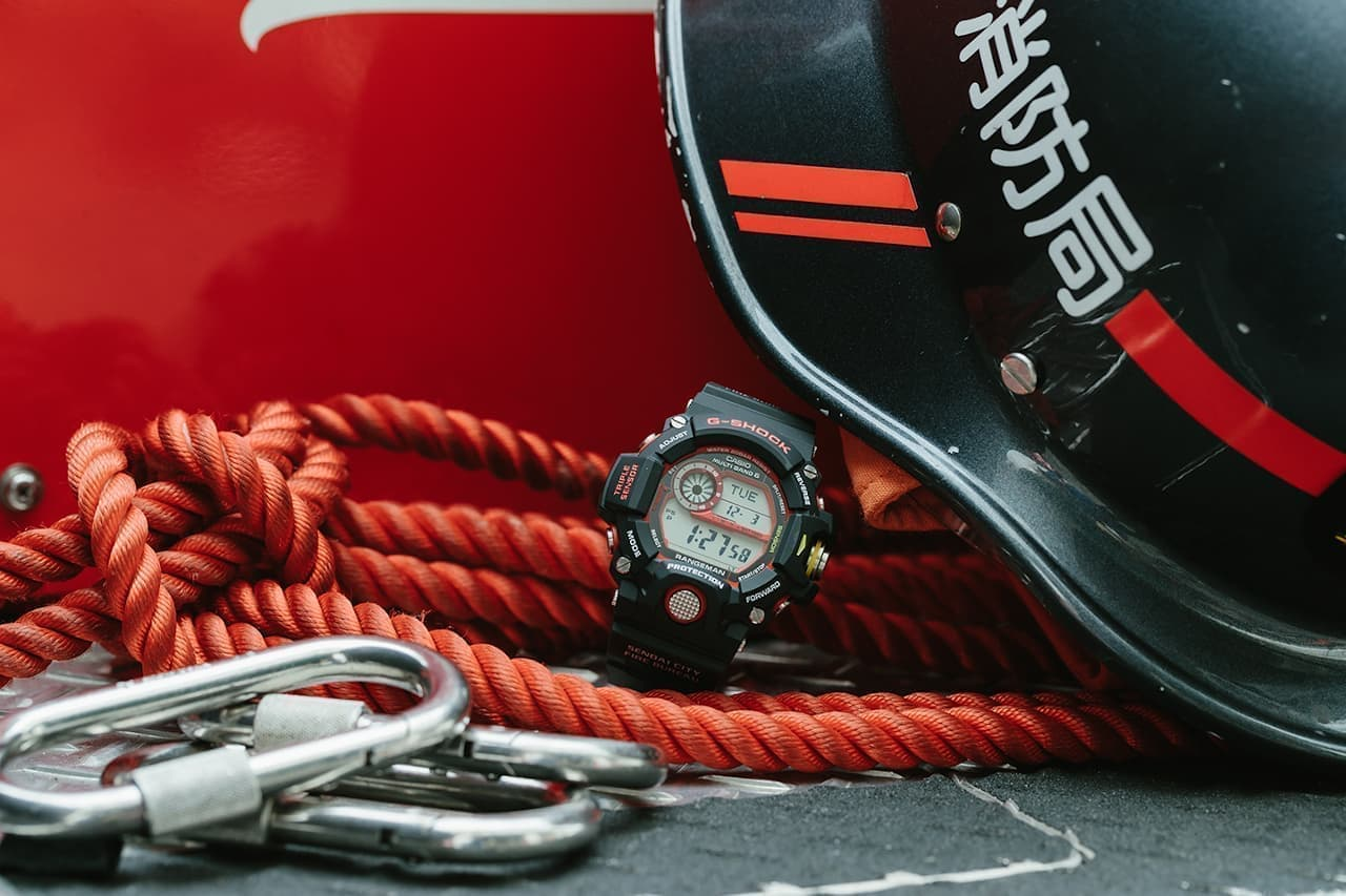G-SHOCK、緊急消防援助隊とのコラボモデル「GW-9400NFST」―消火服の黒と消防車の赤!