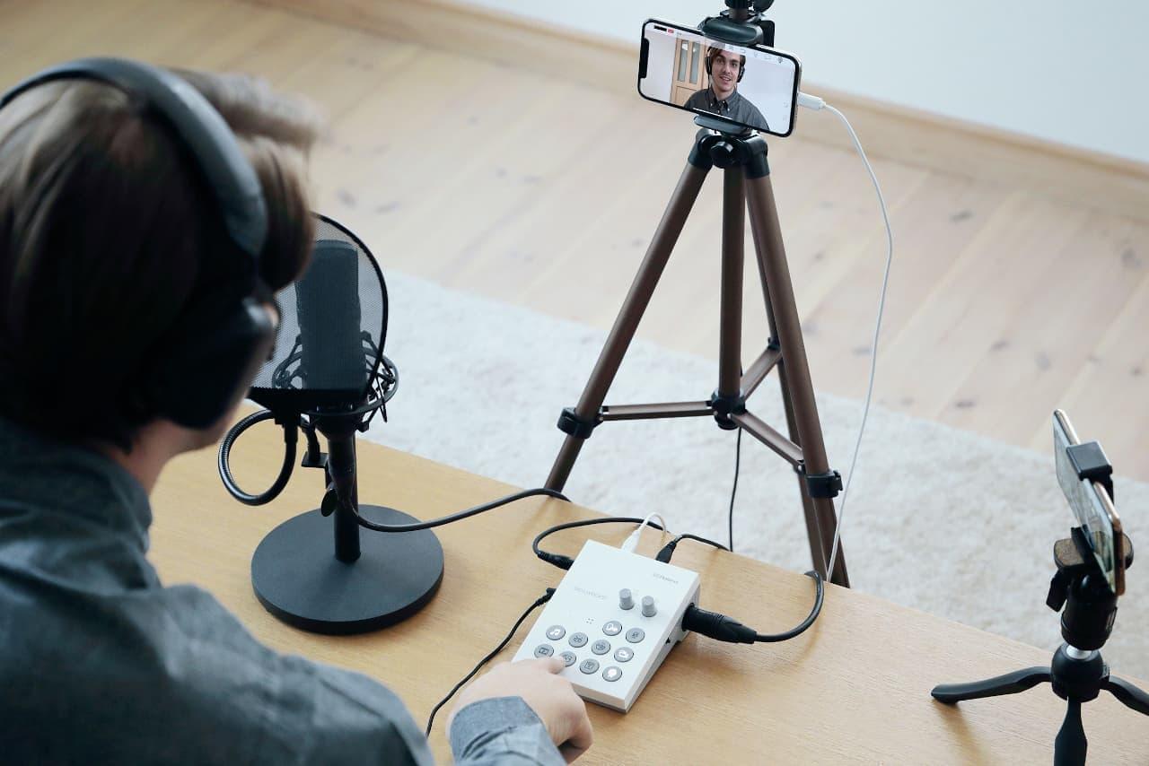 ローランド、スマホのライブ配信でTV番組のような演出ができる「ゴーライブキャスト」