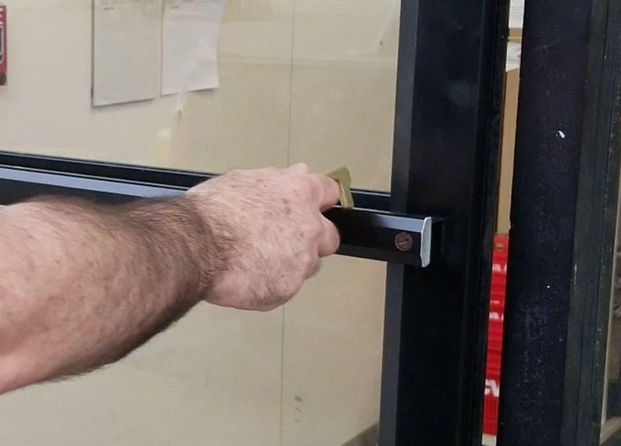 手を触れずに ドアを開けたり ボタンを押したりできる「Hygiene Hand」