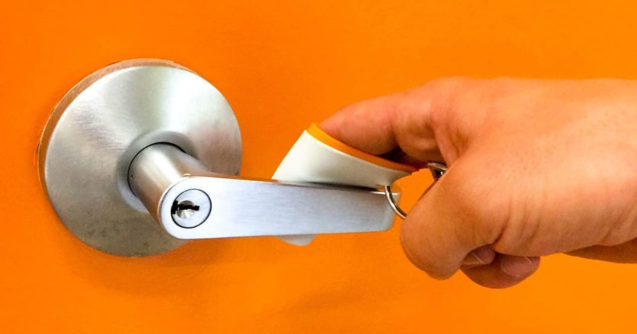 手を触れずにドアを開けられる衛生グッズ「Gryp」