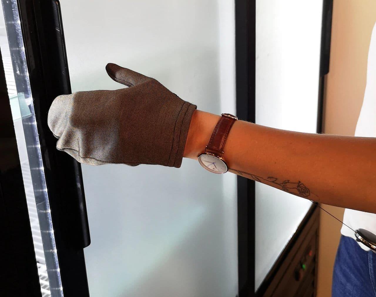 直接手を触れずにボタンを押したり ドアを開けたりできる手袋「SNAPBACK GLOVE」