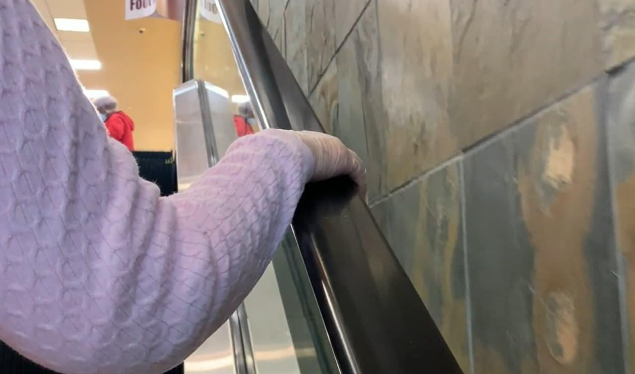 いつでもどこでも手指を消毒できる「PumPiX」 - 消毒液を手首にはめて持ち歩き