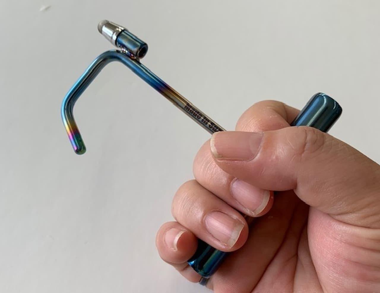 接触感染を防ぐ「チタンアシストフック」 ― バイクパーツメーカーのチタン職人が手作りしたチタンの良さを楽しめる製品