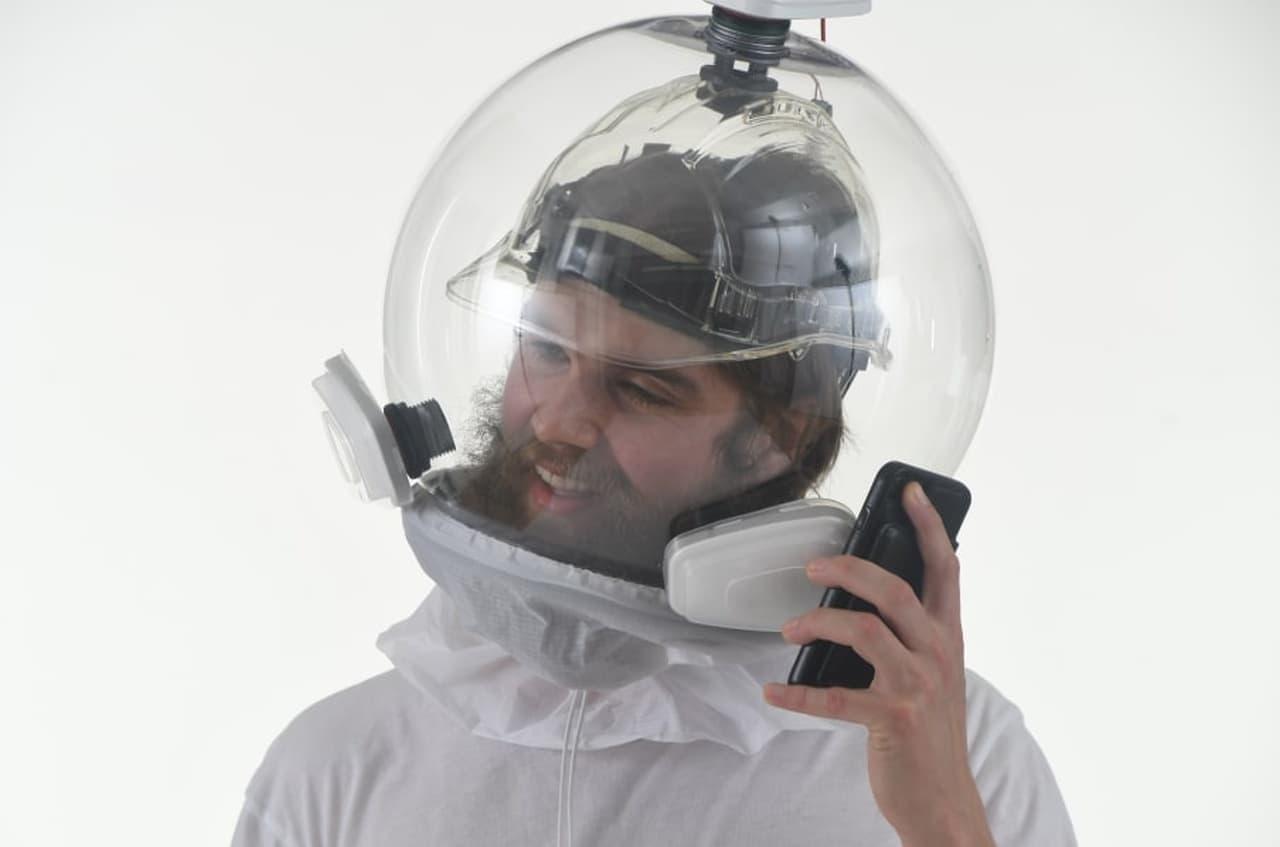頭から被るマスク「Covidisor」 オフィスで新型コロナウイルス感染症の流行前と同じように働きたい人に