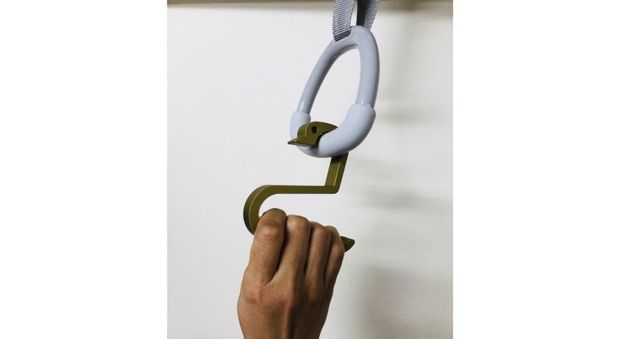 レストランでオフィスで マスクをかけられる「おでかけアヒルちゃん」 - 電車のつり革につかまるときにも