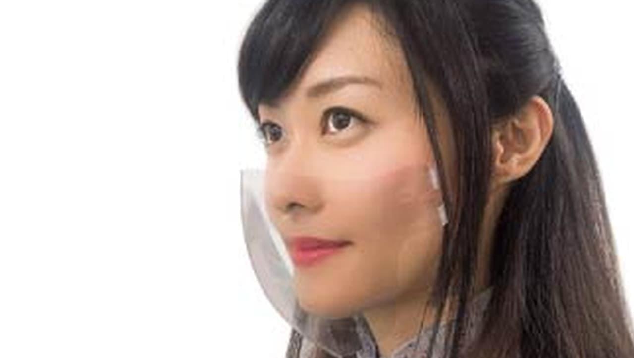 頬をはさむマウスシールド「Clip Mask」 ― 透明なので表情がよく見える