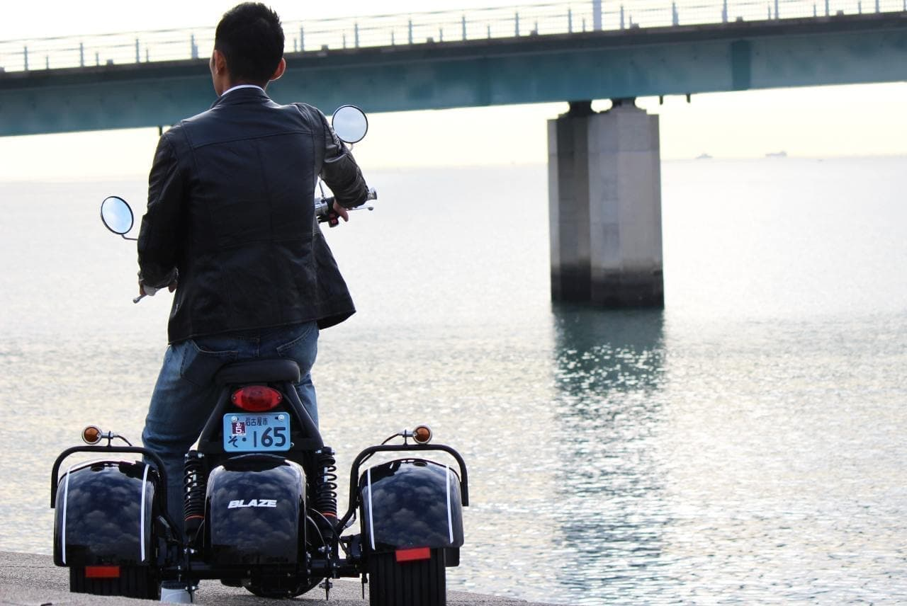 普通自動車免許で公道を走れる電動バイク「ブレイズEVトライク」に特別カラー「ストロングレッド」