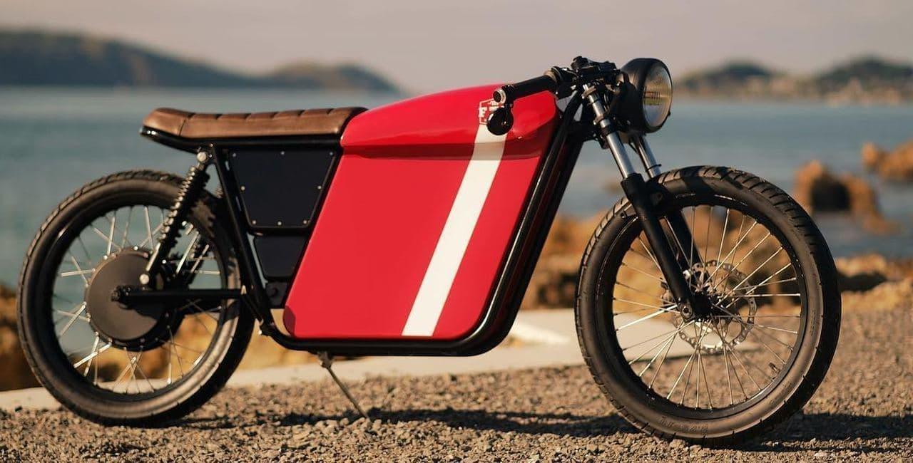 カフェレーサースタイルの電動バイク ― 30Lのストレージ付き!