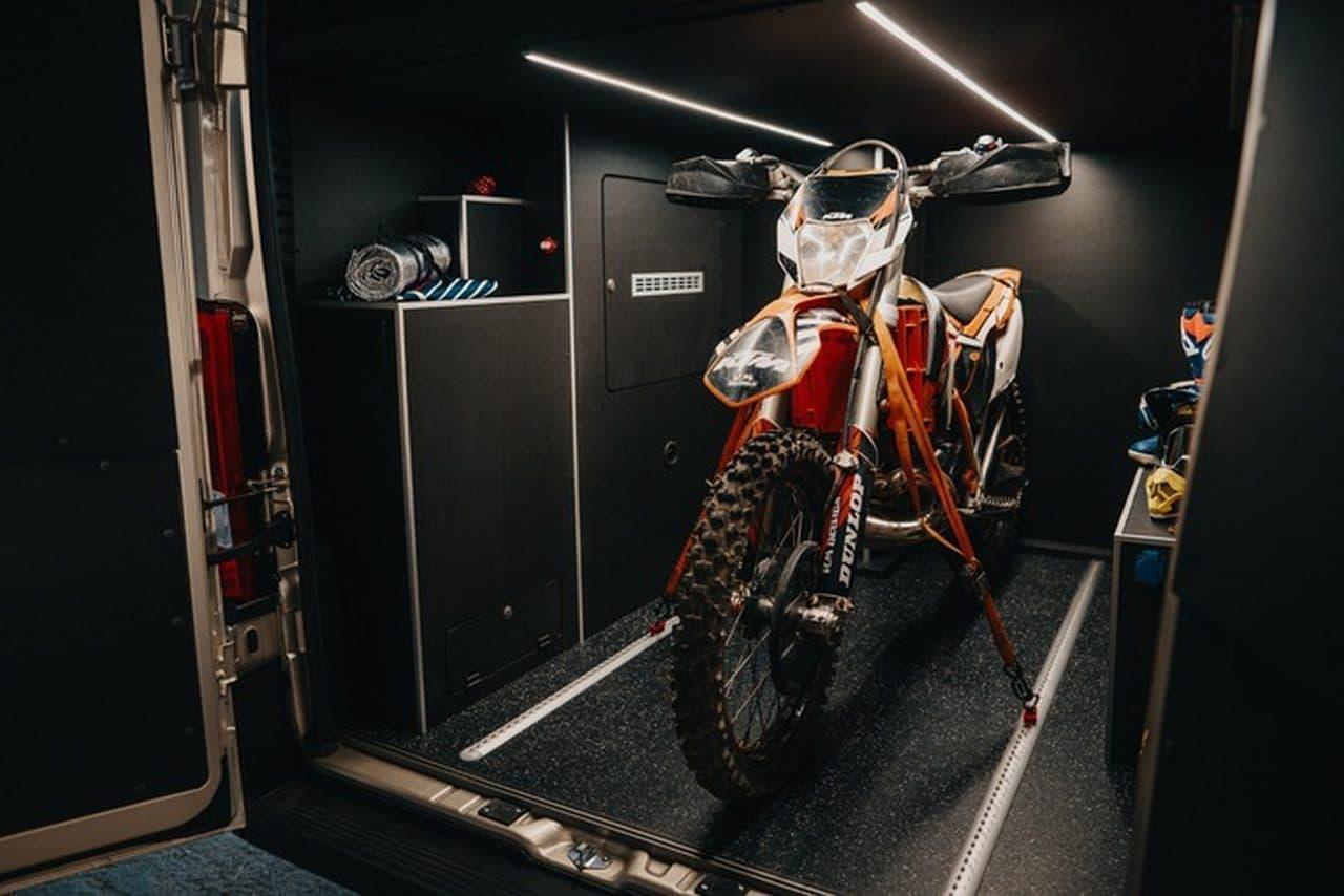 バイクガレージが付いたキャンピングカーWoodVANs「Moto」
