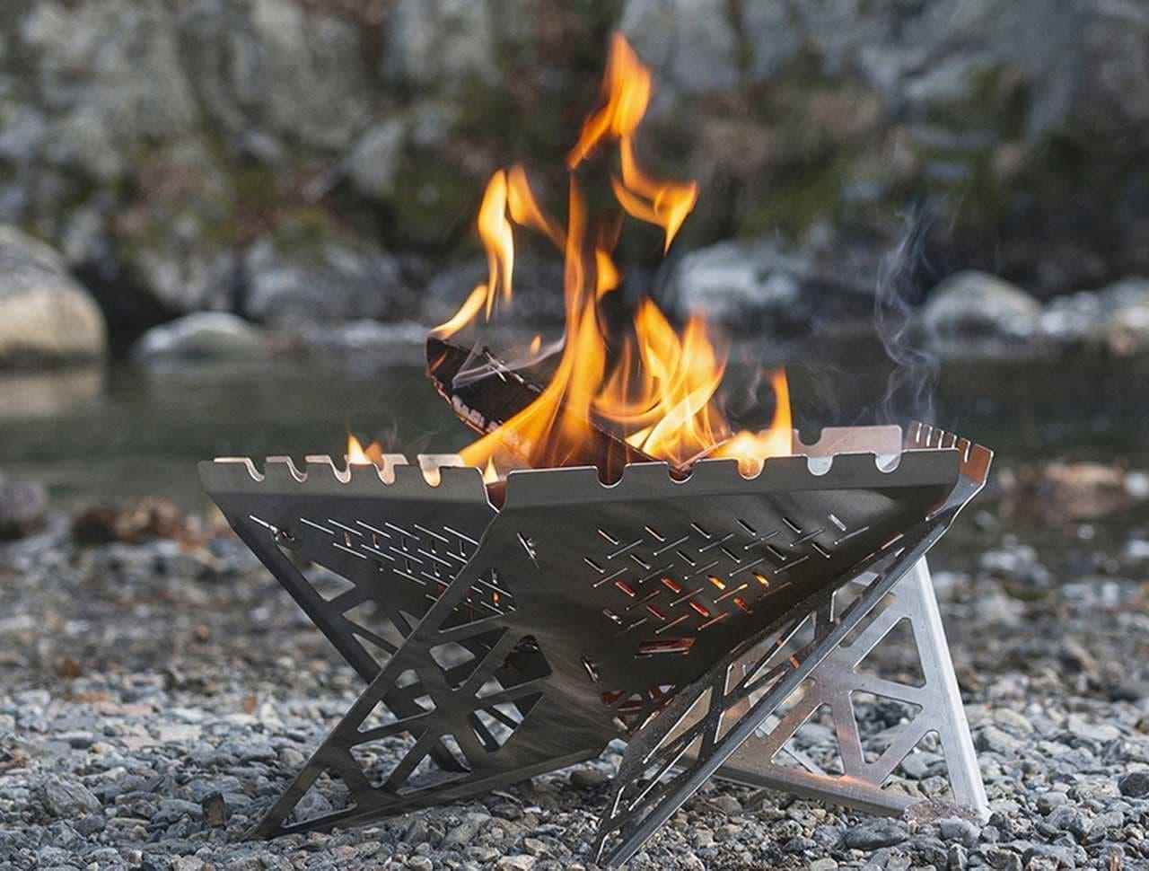 【キャンプに】ノートPC感覚で持ち歩ける焚き火スタンド Makuakeに登場