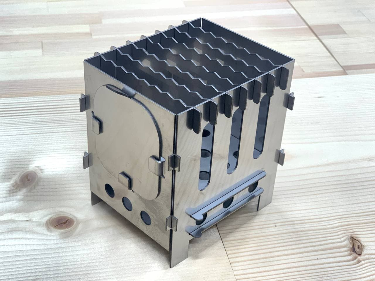 ソロキャン初心者用コンロ 工具なしで組み立てられる「ペッタンコンロ」CAMPFIREに登場