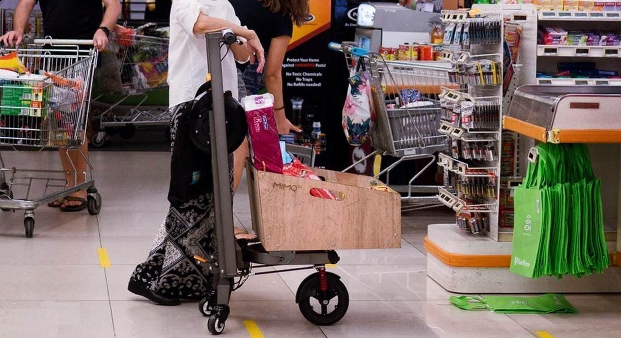 電動キックスケーターで買い物に♪大きなカーゴスペースの付いた「MIMO C1」