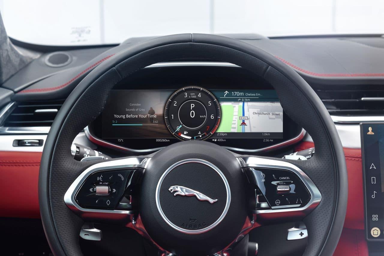 インテリアでは、センターコンソールをはじめ、ステアリングホイール、ドライブセレクターなど、細部まで精巧な仕上げが施されている。