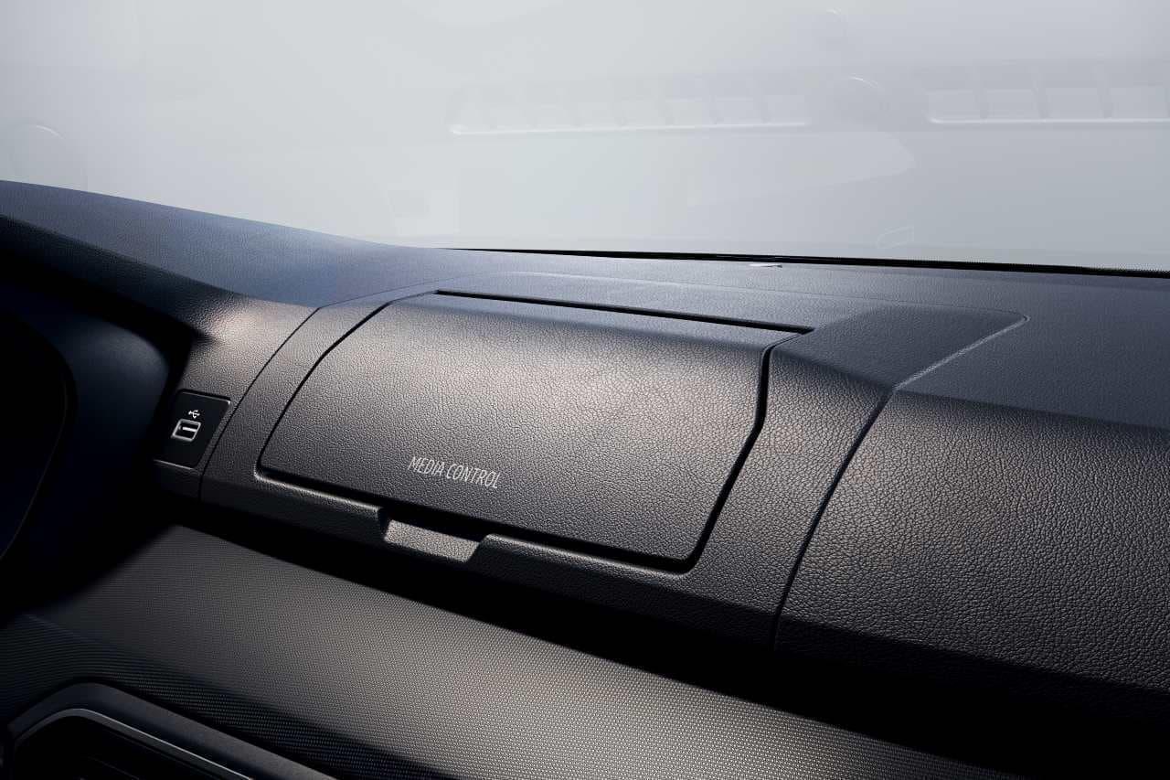 スマホの使用を前提でデザインされたクルマ ダチア「サンデロ」 ダッシュボードには専用ホルダーを装備