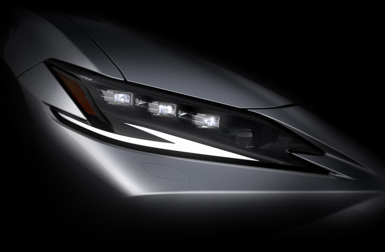 LEXUSが新型「ES」を上海モーターショーで世界初披露…発表に先立ちデザインの一部を公開