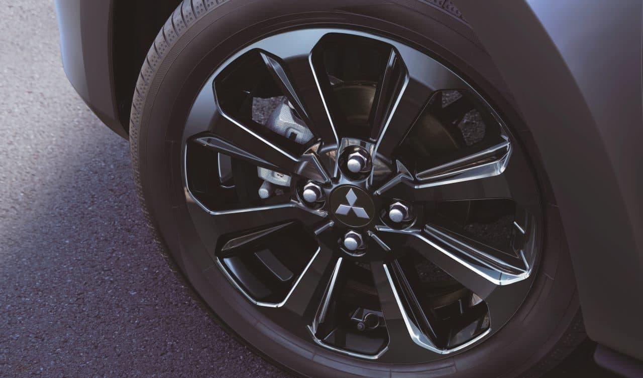 また、ブラック塗装の15インチアルミホイールを採用することで足元を引き締めている。