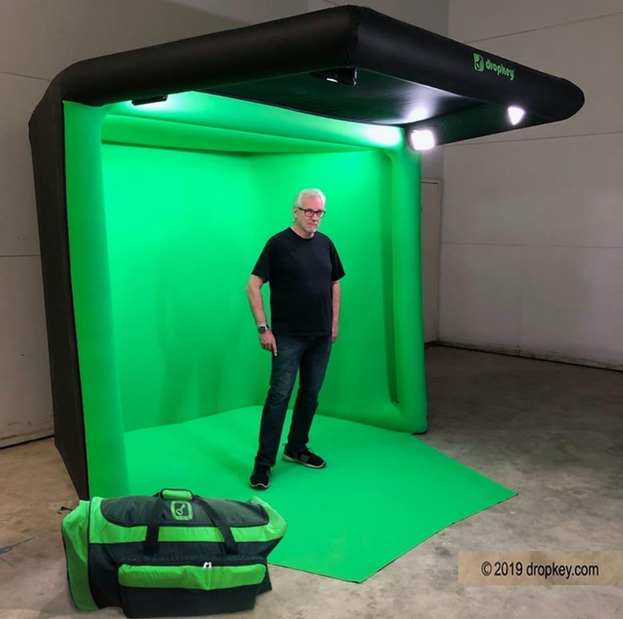手軽にグリーンバック合成ができる「DropKey」 空気を入れれば約1分でスタジオに!