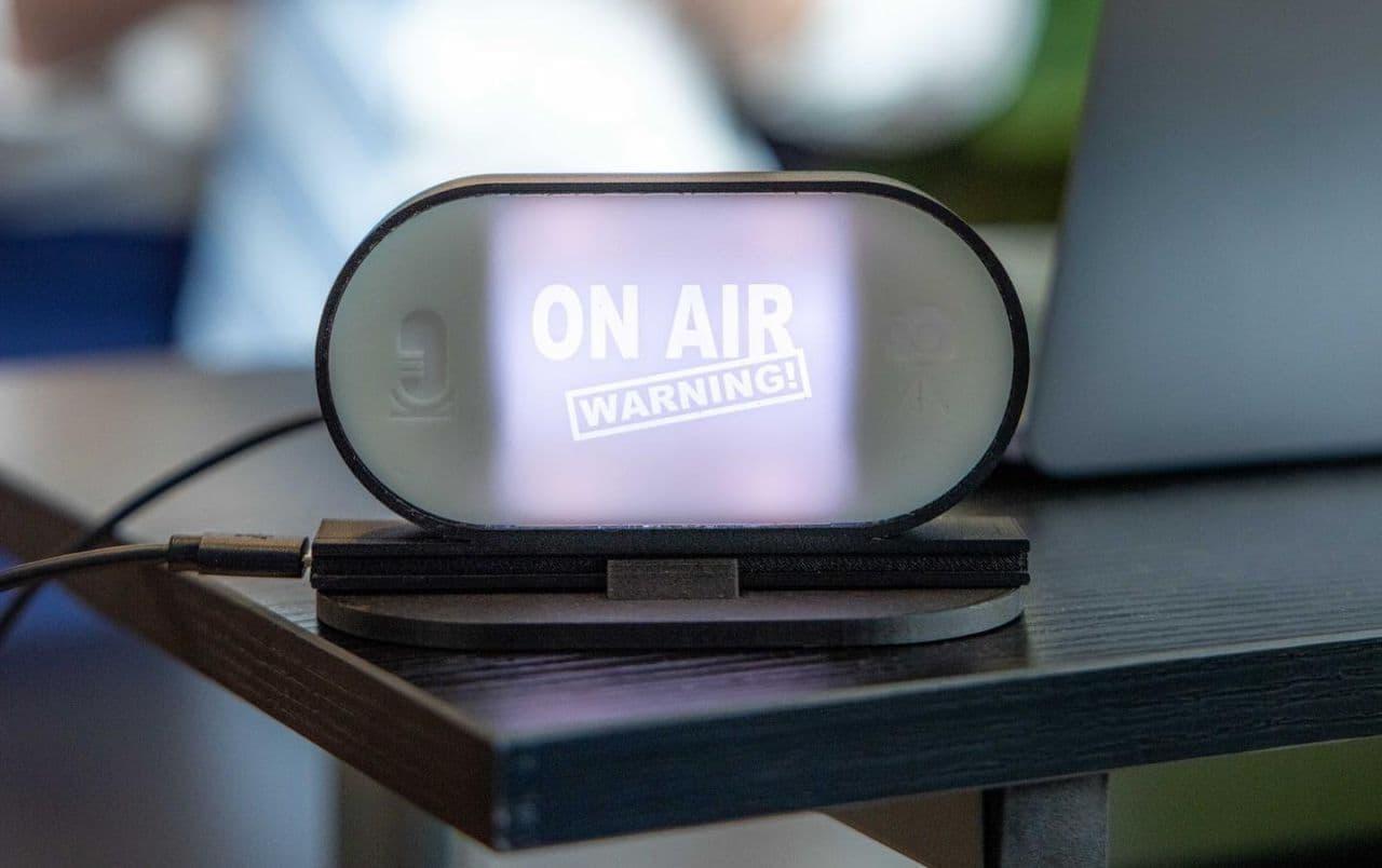 【テレワーク】Web会議中であることを周囲に知らせる「On Air Warning!」ランプ カメラやマイクの稼働を自動検知