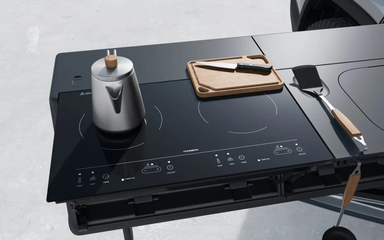 100%電動キャンピングカーRIVIAN「R1T」 スノーピークのキッチンセットやYAKIMA製テントを装備