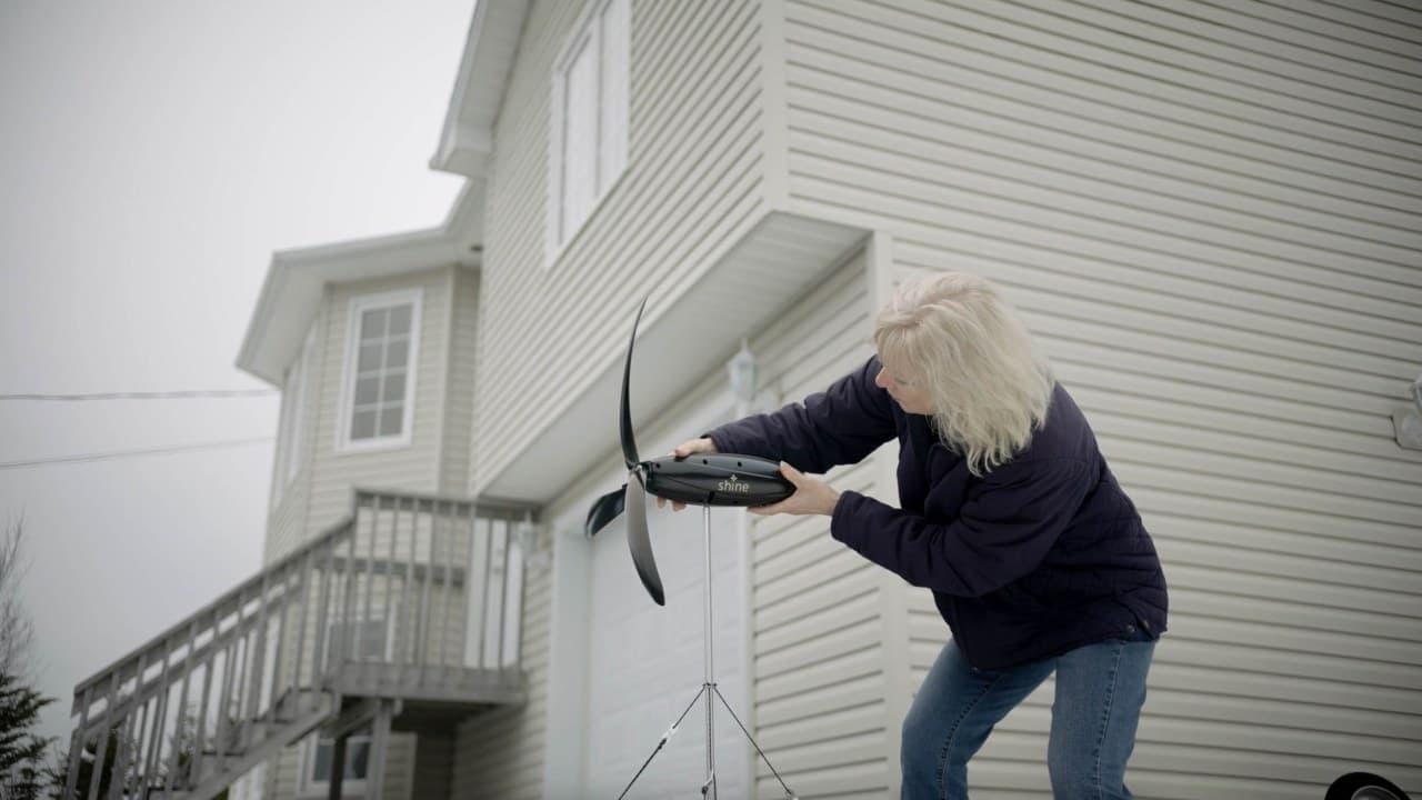 キャンプ用風力発電機「Shine」 重さ1.4kgでバックパックに入れて持ち運べる