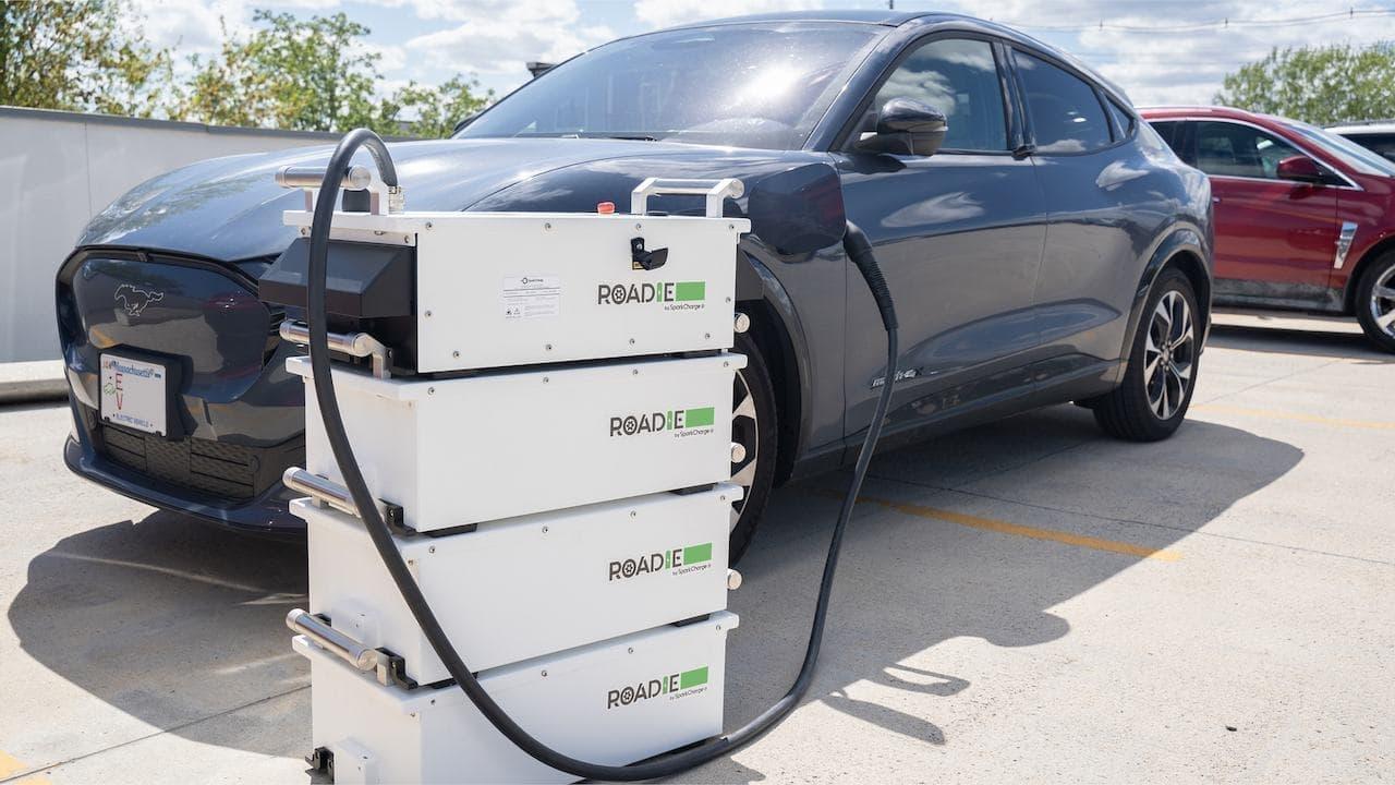軽自動車で運べる急速充電器「Roadie」発売 ― バッテリー切れ電気自動車のもとに駆けつけられる