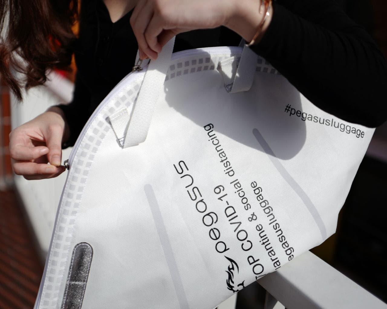 マスク型のバッグ「Quarantine」マスクに合わせてバッグをコーディネート