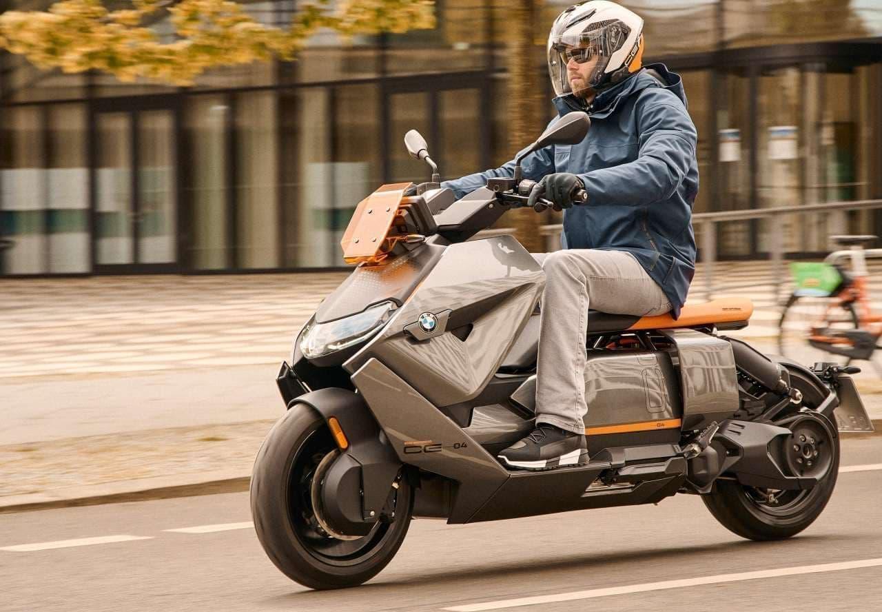 BMWが「CE 04」を発表