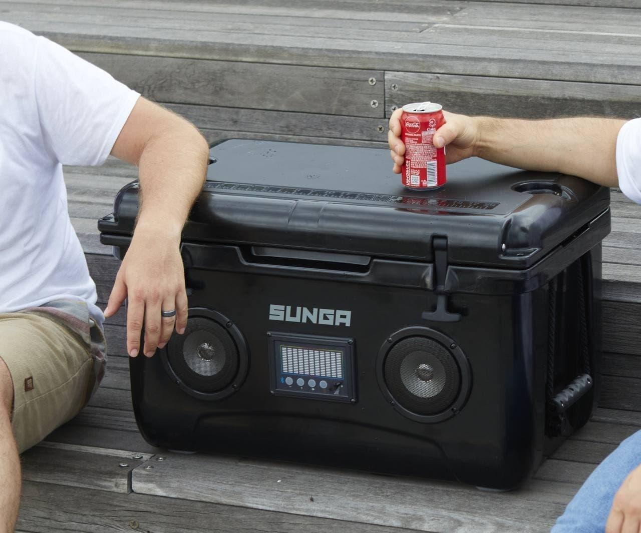 キャンプに音楽と冷たいドリンクを SUNGA「Bluetoothスピーカー内蔵 クーラーボックス」