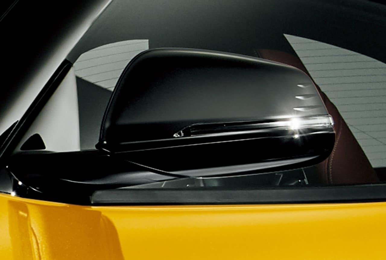 インテリアではレッドカラーの本革シートやおくだけ充電を特別装備している。
