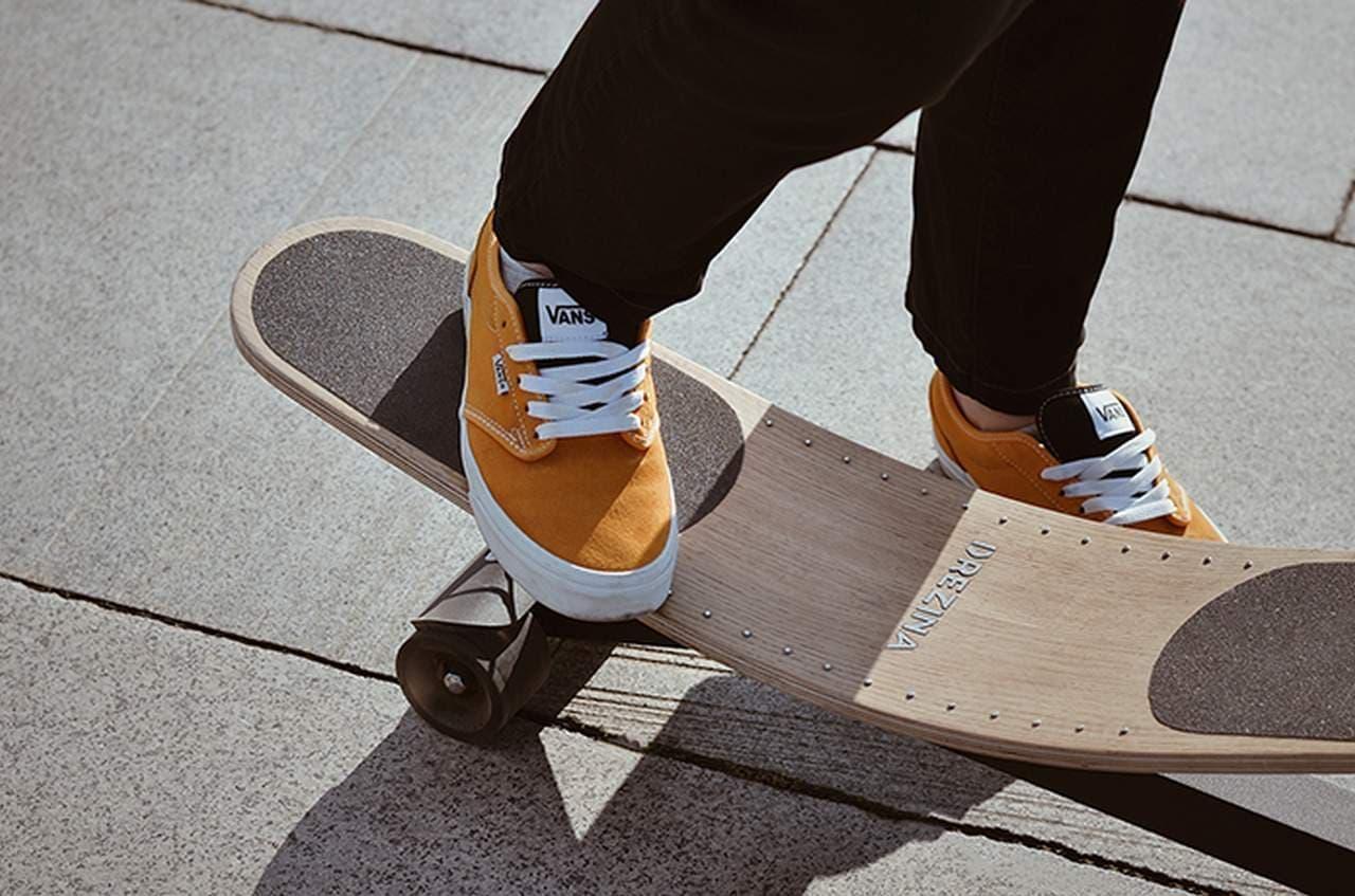 足踏み式のキックスクーター「DEREZINA」 21世紀のローラースルーGOGO?