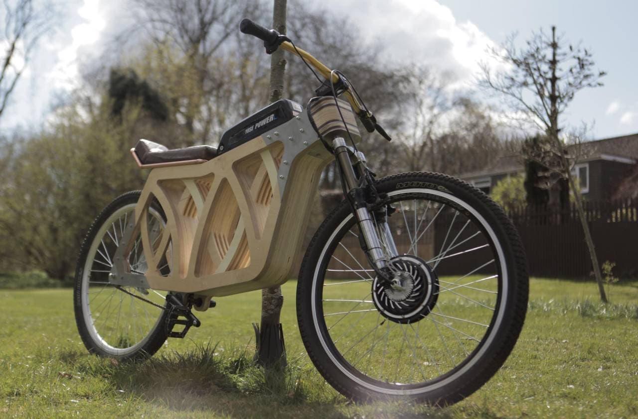 カフェレーサー&スクランブラーに触発されたデザインを持つ木製電動バイク「Electraply」