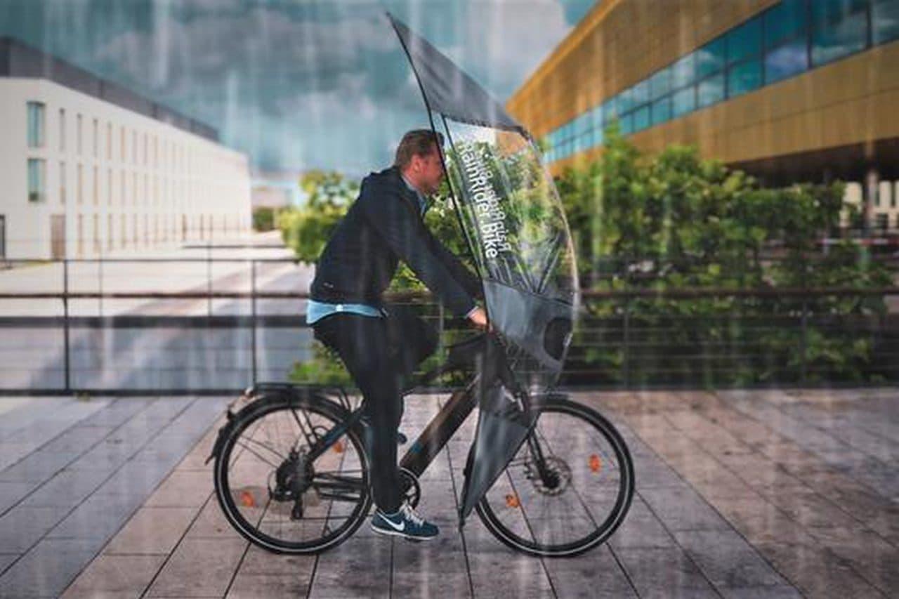 雨の日の自転車通勤を快適にRainRiderの「Softtop」 足元までカバー&駐輪時用のパーキングポジション装備