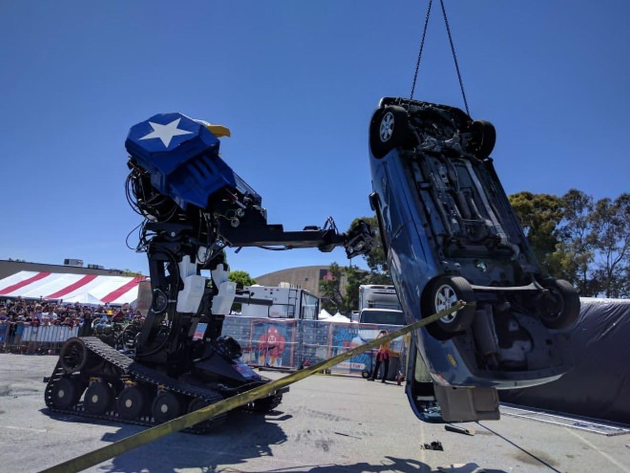 ロボットがクルマを破壊するショー
