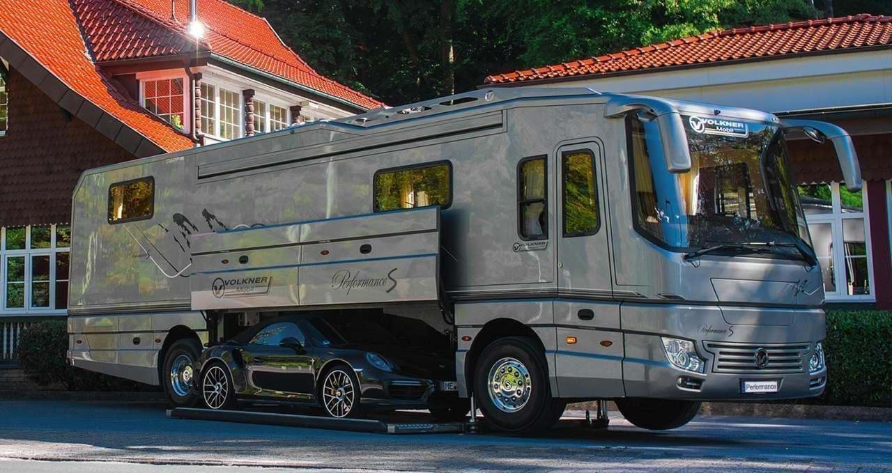 ブガッティ「シロン」を飲み込むキャンピングカー Volkner Mobilの「Performance S」 今年も「Caravan Salon」に登場