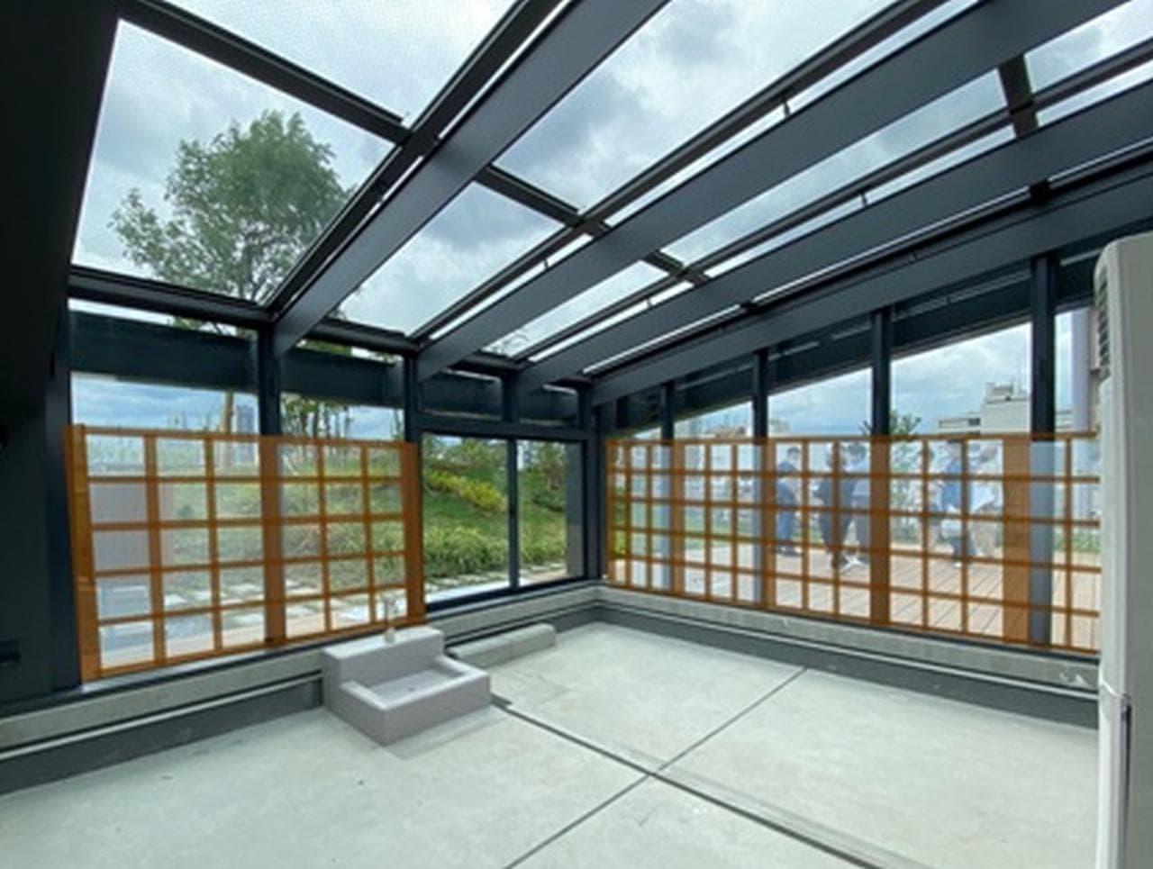 透明なガラスで発電! NTTアドバンステクノロジが「無色透明発電ガラス」を販売開始
