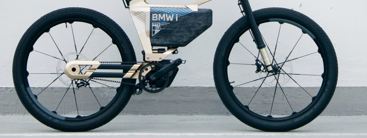 郊外では電動バイク 街中では電アシ BMWが「BMW i Vision AMBY」を発表