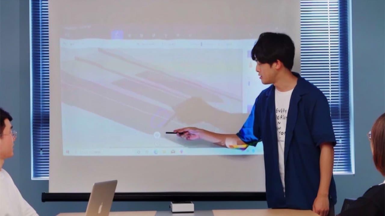 机の上をタッチディスプレイに プロジェクター機能付きWindows 10 PC「Aipc」