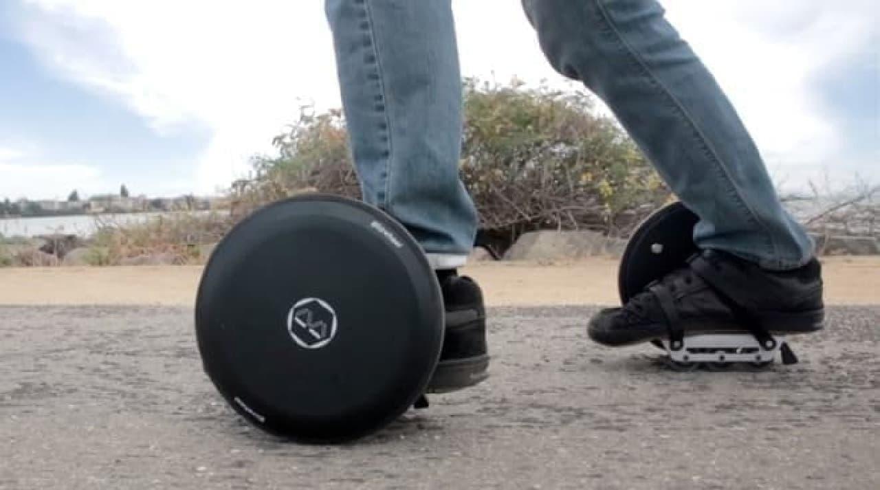 重さ5.4kg!片手で持てる電動キックボード「Blizwheel」