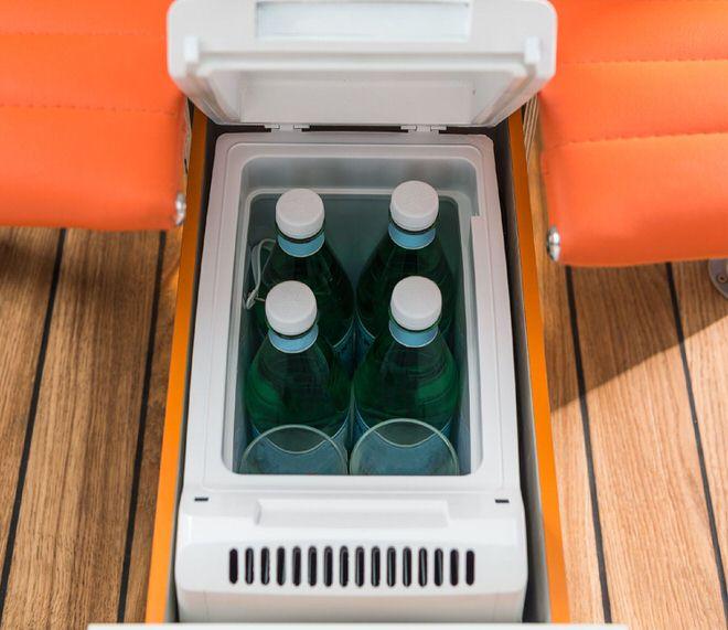 """""""オフィス""""内に設置された冷蔵庫"""